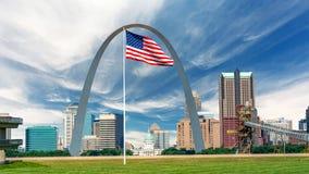 Enorm amerikansk flack och St Louis horisont med huvudstad och den berömda bågen royaltyfria bilder