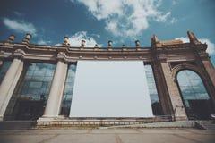 Enorm baneråtlöje upp på byggnadsfasad Arkivfoto