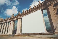 Enorm baneråtlöje upp på byggnadsfasad Royaltyfri Foto