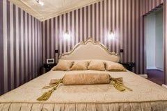 Enorm bed binnen barokke slaapkamer stock afbeeldingen