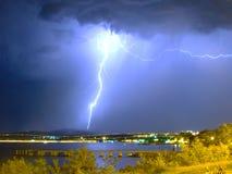 Enorm blixt i stormen nära havet royaltyfri fotografi