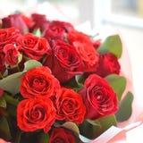 Enorm boeket van rode rozen stock afbeelding