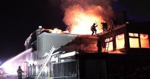 Enorm brand som flammar i kommersiell byggnad arkivfilmer