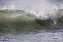 Enorm brytande havvåg Arkivfoto