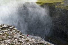 Enorm Dettifoss vattenfall med den enkla turisten, sikt från den östliga banken, Island Royaltyfria Foton