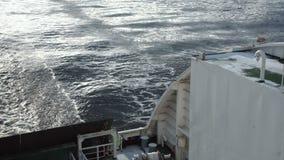 Enorm färjasegling i det kalla havet lager videofilmer
