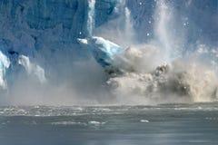 enorm fallande glaciär för en stor bit Arkivfoto