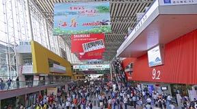Enorm folkmassa av besökare på den 118. kantonmässan, guangzhou, porslin Royaltyfria Foton