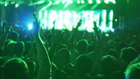 Enorm folkmassa av lyckliga ungdomarsom dansar och hoppar till musik på den kalla konserten stock video