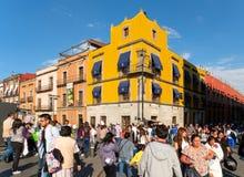 Enorm folkmassa och färgrika byggnader på den historiska mitten av Mexico - stad Arkivbild