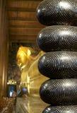 Enorm fot av att vila Buddha i Wat Pho i Bankok arkivfoton