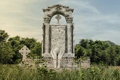 Enorm gammal gravsten i övergiven kyrkogård royaltyfri bild