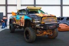 Enorm gigantisk lastbil på den kungliga auto showen Arkivbilder