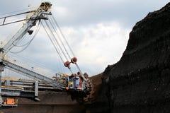 Enorm grävskopamaskin för brunt kol i bruntmin royaltyfri foto