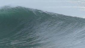 Enorm havvåg som bryter av kusten av Kalifornien arkivfilmer