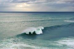 Enorm havvåg som bryter i Nazare, Portugal royaltyfri bild