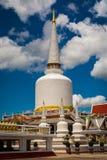 Enorm helig pagod i buddistisk tempel royaltyfria bilder