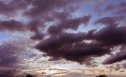 Enorm himmel under solnedgång Arkivbild