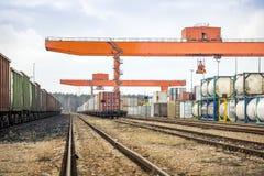 Enorm industriell travers och järnväg royaltyfri fotografi