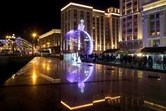 Enorm jul klumpa ihop sig på de kulöra ljusen i mitten av Mosco Royaltyfri Bild