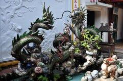 Enorm Kines-stil springbrunn med drakeskulpturer Royaltyfria Bilder