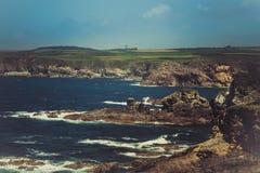 Enorm klippa och hav på baksidan Arkivbild