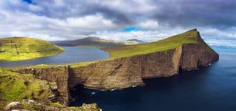 Enorm klippa och sjö Sorvagsvatn på ön av Vagar, Faroe Island, Danmark arkivbild