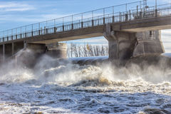 Enorm konkret bro över vattenfördämningen Arkivbild