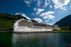 Enorm kryssningship, Norge hamn Arkivfoto