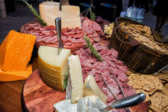 Enorm kött- och ostFoodsbuffé Royaltyfria Foton
