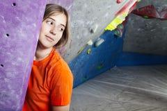 Enorm kvinna som klättrar inomhus posera arkivbild