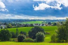 Enorm landelijk landschap met huizen stock afbeelding