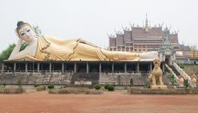 Enorm Lanna stil som framme vilar Buddha på en tempel i Thailand Arkivbilder