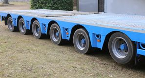 Enorm lastbil för transport av tungt gods med axel fem royaltyfria foton