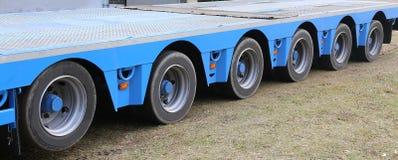 Enorm lastbil för transport av tungt gods med axel fem arkivbild