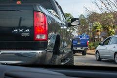 Enorm lastbil 4x4 som är offroad från Dashbaord av den kompakta bilen bak Dece Royaltyfri Foto