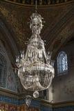 Enorm ljuskrona på avsnittet för harem för biskopsstolrum det inre av den Topkapi slotten, Istanbul, Turkiet royaltyfria foton