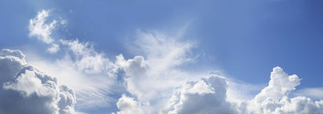 Enorm panorama för blå himmel fotografering för bildbyråer