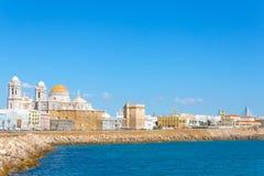 Enorm sikt av Cadiz, Spanien, med få fartyg i stranden Royaltyfri Bild