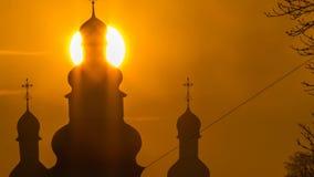 Enorm soltidschackningsperiod av den kyrkliga kupolen i Chernihiv, Ukraina stock video