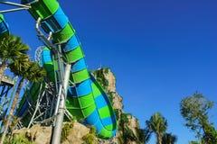 Enorm und Dschungel-Wasserschlauch-Dia herausnehmend Stockfoto