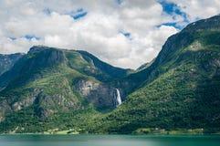 Enorm vattenfall i fjordkusterna, Norge Arkivfoton