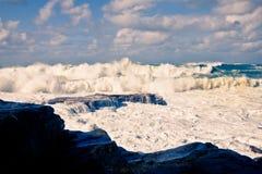 Enorma avbrottsvågor på den Bondi stranden arkivfoto