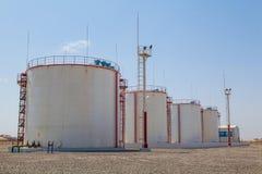 Enorma behållare för olje- lagring Arkivbild