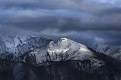 Enorma berg under ett stormmoln Royaltyfria Foton
