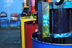 Enorma cans av målarfärg i fyra färger på typografi Royaltyfria Foton