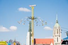 Enorma Chairoplane på Oktoberfesten i Munich Arkivbild