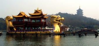 Enorma Dragon Boat i Kina Arkivfoto