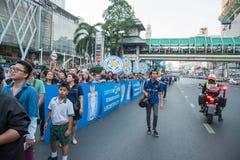 Enorma folkmassor av supportern som väntar på, ståtar av klubban för Leicester stadsfotboll Arkivfoton