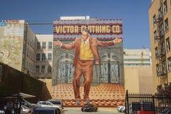 Enorma grafitti ovanför en bilparkeringsstruktur Arkivbilder